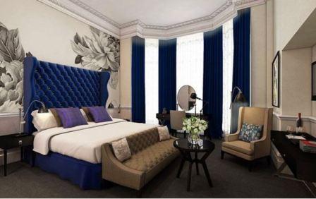 Спальня с синей кроватью